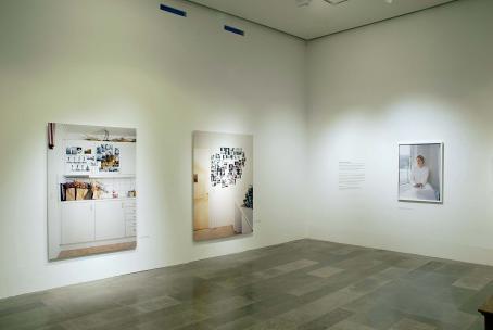 Museon näyttelytilassa esillä olevia valokuvateoksia.