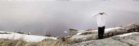 Vasemmanpuoleisessa kuvassa lumista rantakalliota pitkin on nousemassa valkopaitainen henkilö. Oikeanpuoleisessa kuvassa henkilö seisoo rantakallion yläosassa ja hän on ottamassa paitaa pois niin että se peittää hänen kasvonsa.