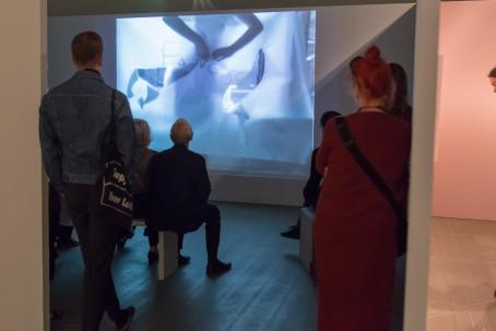 Francesca Woodmanin videoteoksia näyttelyssä. Kuva: Virve Laustela, Suomen valokuvataiteen museo