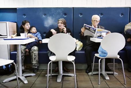 Mihaela ja Fernando Stoica söivät lounasta McDonald'sissa Kreikan Pireuksessa helmikuussa 2009. Kuva: Heidi Piiroinen