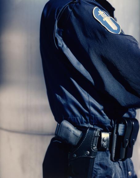 Andrei Lajunen: Poliisi, noin 1997-1998, mustesuihkutuloste, 70 x 54 cm. Andrei Lajusen rahaston editio 10. Suomen valokuvataiteen museo.