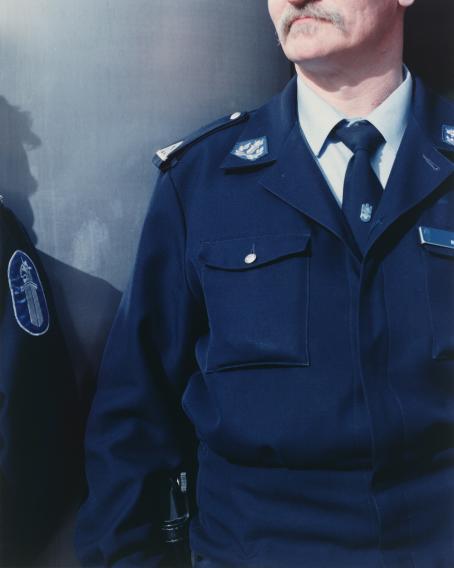 Andrei Lajunen: Nimetön (kaksi poliisia), noin 1997-1998, mustesuihkutuloste, 20 x 16 cm. Andrei Lajusen rahaston editio 10. Suomen valokuvataiteen museo.