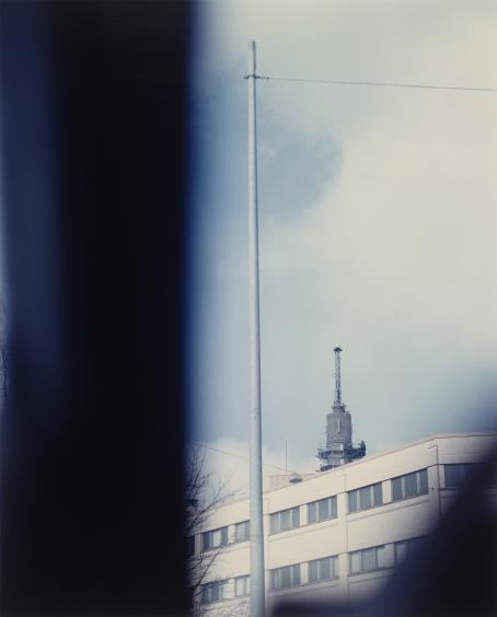 Andrei Lajunen: Nimetön (Poliisiasema), noin 1997-1998, mustesuihkutuloste, 51 x 41 cm. Andrei Lajusen rahaston editio 10. Suomen valokuvataiteen museo.