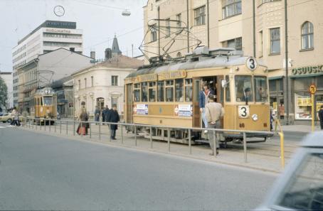 Raitiovaunu nro 3 pysäkillä ja nro 2 saapumassa Turun kauppatorin pysäkille. C. J. Gardberg 1972. Turun museokeskus.
