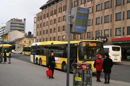 Bus 56 at Turku Market Square. Ville Malinen 2017, Kansallinen audiovisuaalinen instituutti.