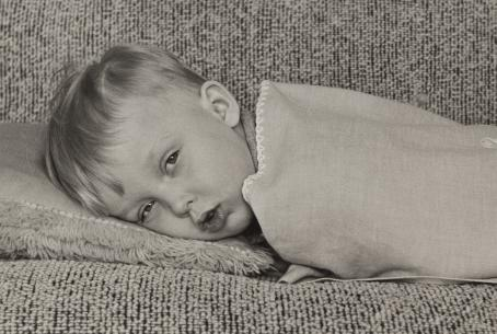 The amateur photographer Pekka V. Virtanen's photos show happy, everyday moments in the life of the family, but through his camera, Virtanen also makes observations about his colleagues and the life and environment of his home district, the market town of Lauritsala. Photo: Pekka V. Virtanen, Sick child, 1958