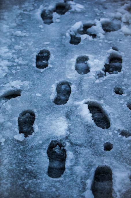 Loskassa jalanjälkiä eri suuntiin.