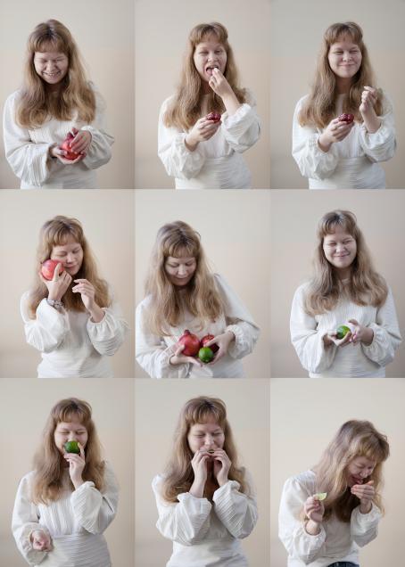 Yhdeksän kuvan kollaasi. Kaikissa kuvissa on sama henkilö, joka pitää käsissään hedelmiä, joissain kuvissa hän syö niitä, joissan kuvissa nauraa, haistaa tai pitää hedelmiä poskeaan vasten.
