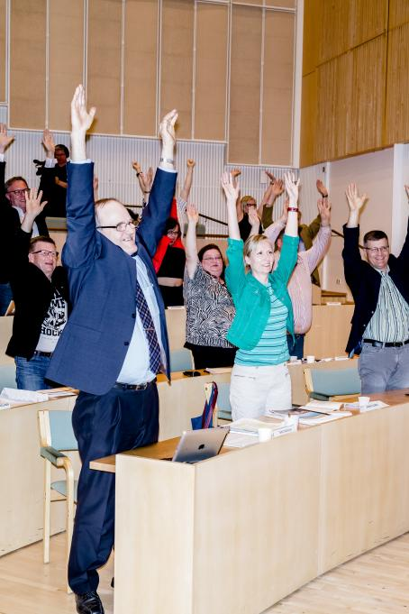 Sakari Piippo: Pausgymnastik under kommunfullmäktiges möte i Mäntsälä 23 maj 2016, från serien Några observationer om det politiska systemet i Finland, 2015–2019.