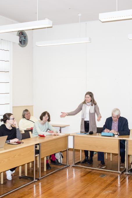 Sakari Piippo: Teresa Grönholm (Saml.) håller tal under kommunfullmäktiges möte i Ingå 18 april 2016, från serien Några observationer om det politiska systemet i Finland, 2015–2019.