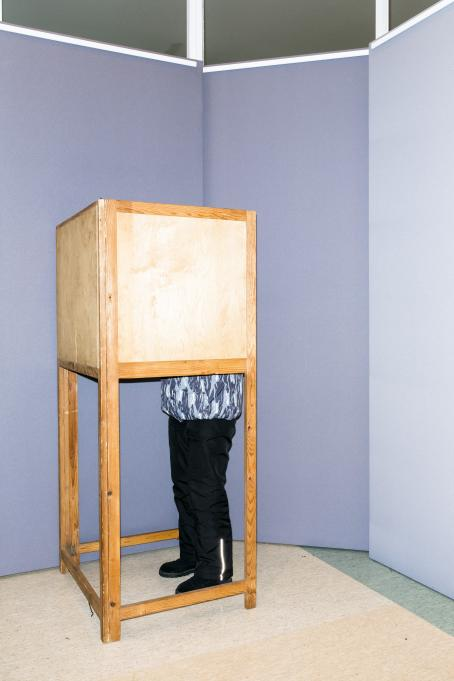 Sakari Piippo: A voter in a voting booth in Orivesi city library on the early voting day for the Presidential elections on 17 January 2018, from the series Some Observations on the Political System of Finland, 2015–2019.