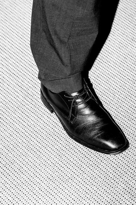 Sakari Piippo: Familje- och omsorgsminister Juha Rehula (C) under en presskonferens om hur regeringens spetsprojekt framskrider 3 september 2015, från serien Några observationer om det politiska systemet i Finland, 2015–2019.