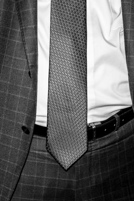 Sakari Piippo: Näringsminister Olli Rehn (C) under regeringens presskonferens om lokala avtal 8 december 2015, från serien Några observationer om det politiska systemet i Finland, 2015–2019.