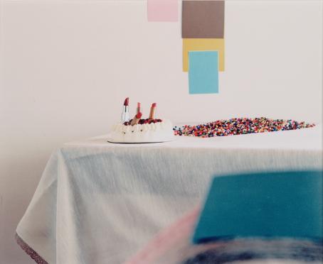 Iiu Susiraja: Kakku, sarjasta Syömään, pöytä on katettu, 2010 / Suomen valokuvataiteen museon kokoelma
