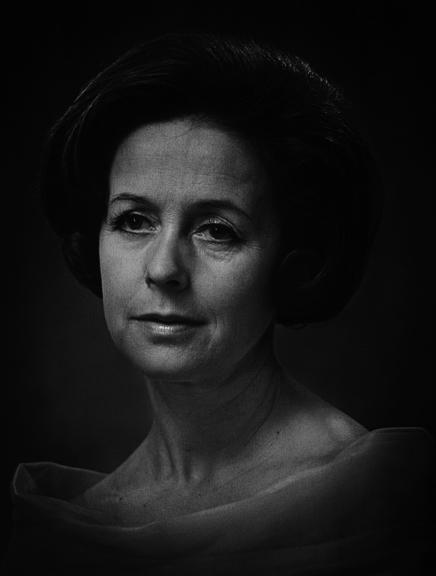 Mustavalkoinen, tummasävyinen muotokuva naisesta.