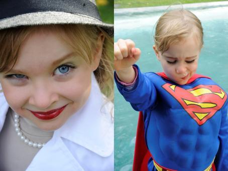 Kaksi kuvaa vierekkäin. Toisessa lapsi jolla on hattu, huulipunaa ja helmet kaulassa. Toisessa lapsi jolla on teräsmiehen asu päällään.