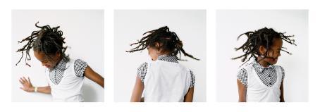 Kolme kuvaa, joissa tummaihoinen tyttö heiluttaa päätään ja lettejään.