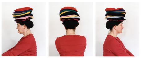 Kolme kuvaa punapaitaisesta naisesta, jolla on päässään monta eriväristä baskeria päällekkäin. Nainen on joka kuvassa kääntynyt eri suuntaan.
