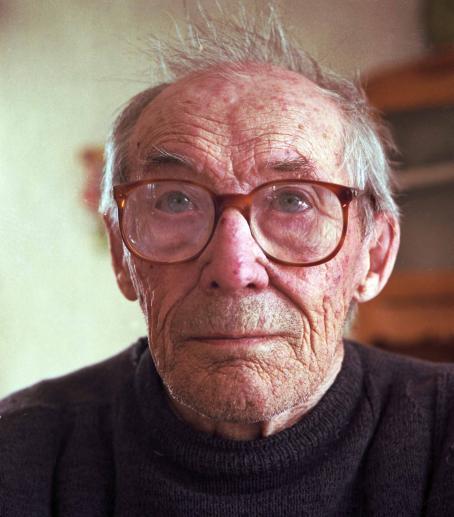 Vanha silmälasipäinen mies.