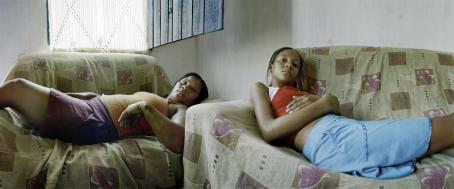 Kaksi naista makaa nojatuoleissa.