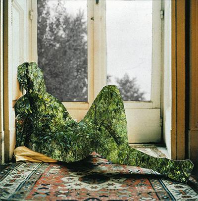 Ikkunan edessä istuu vihreää metsää oleva hahmo.