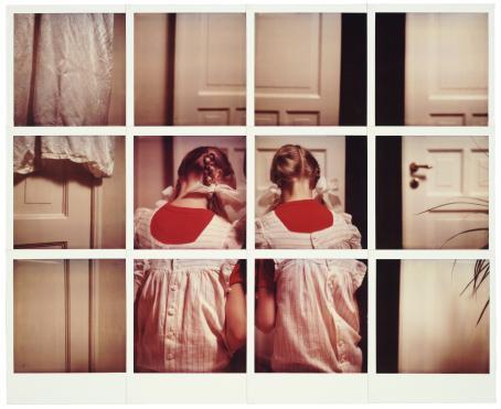 Monesta neliön muotoisesta kuvasta muodostuva kuva, jossa kaksi pikkutyttöä samanlaisissa mekoissa ja leteissä on selin.