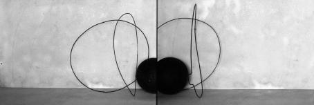Vierekkäin kaksi kuvaa, joissa harmaata taustaa vasten mustista viivoista koostuvia muotoja ja reunassa musta pallo.