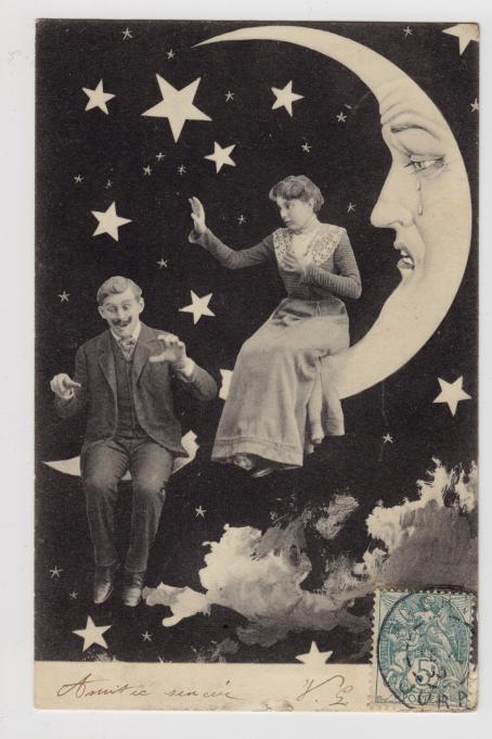 Nainen istuu kuunsirpillä, jolla on kasvot ja sen silmistä tulee kyyneleitä. Naisen alapuolella on mies, joka on myös istunut kuunsirpillä mutta se on mennyt poikki hänen kohdaltaan. Taustalla on tähtiä.