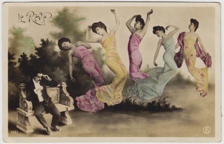 Vasemmalla istuu mies puvussa kivisellä penkillä. Oikealla puolella on naisia ilmassa erivärisissä mekoissa, he kaikki katsovat vasemmalle.