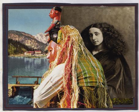 Taustalla on kaksi kuvaa. Vasemmalla on järvimaisema, jonka etualalla on laituri ja kauempana rakennuksia ja vuoria. Oikealla on mustavalkoinen naisen muotokuva. Taustalla olevien kuvien edessä on värikäs ihmishahmo, jolla on pitkät hiukset, mutta sen kasvot ovat patsaan kasvot.