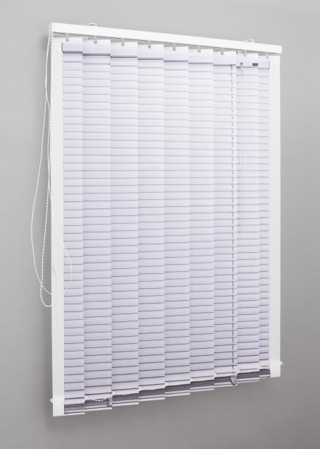 Ikkuna, jota peittävät valkoiset sälekaihtimet.