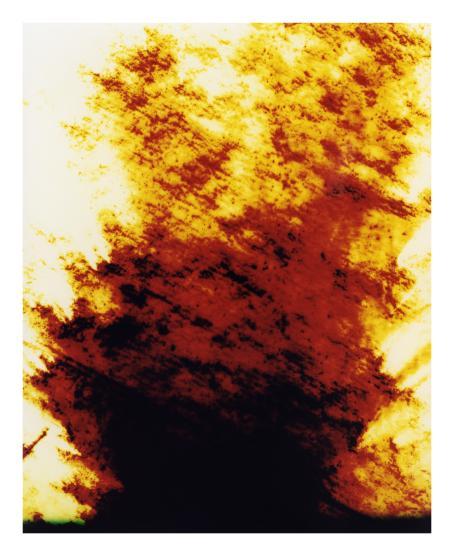 Ylempänä vaaleampia oranssin ja keltaisen sävyjä, alaspäin mentäessä tummempaa.