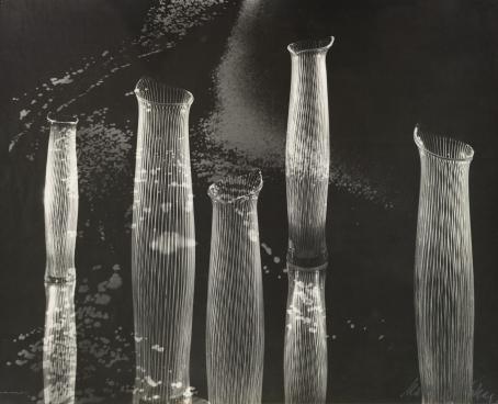 Mustavalkoisessa kuvassa monta pitkää, avonaista, lieriömäistä muotoa, joissa on pystyviivoja.