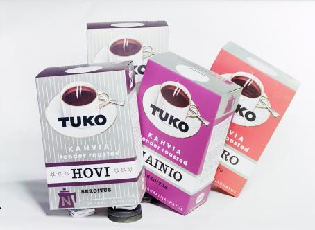 Neljä eriväristä Tukon kahvipakettia. Ne on aseteltu hieman vinoon, jotta ne kaikki näkyvät.