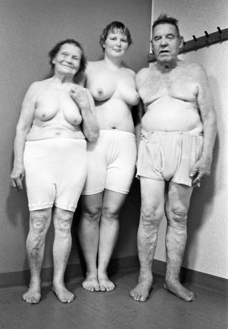 Mustavalkoisessa kuvassa kaksi naista ja yksi mies. Kaikki ovat yläosattomissa.
