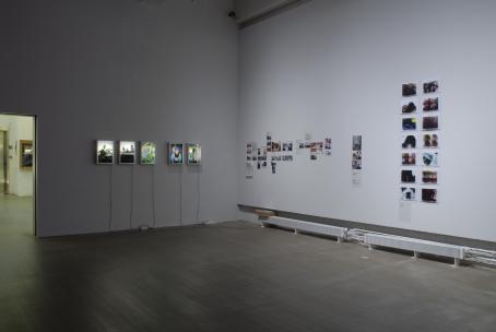 Näyttelytila, jossa on kuvia seinillä.