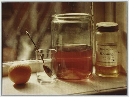 Wladimir Schohin: Asetelma ikkunalaudalla, 1907. Suomen valokuvataiteen museo / AFK:n kokoelma. Digitoitu kopiodiasta tehdystä värinkääntövedoksesta.