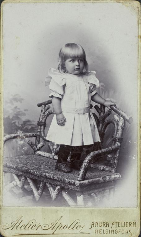 Portrait of an unknown child. Atelier Apollo, Helsinki, 1905-10. Photography production first achieved industrial proportions with the spread of visiting cards in the second half of the 19th century. A photograph was a unique memento. People collected and exchanged visiting cards with their circle of acquaintances, giving rise to family-album culture. The name of the person in the picture is sometimes written on the card, but most of the people appearing in these visiting cards are unidentified.