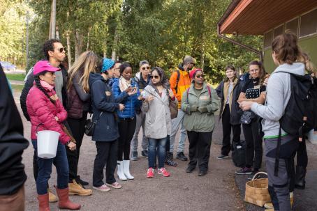 Laajasalon opiston suomen kielen kielen opiskelijoita lähdössä sienimetsälle. Kuva: Virve Laustela, Suomen valokuvataiteen museo