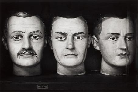 Ben Kaila: mallipäitä rikollisten tunnistamiseen (Rikosmuseossa), 1985 / Suomen valokuvataiteen museon kokoelma.