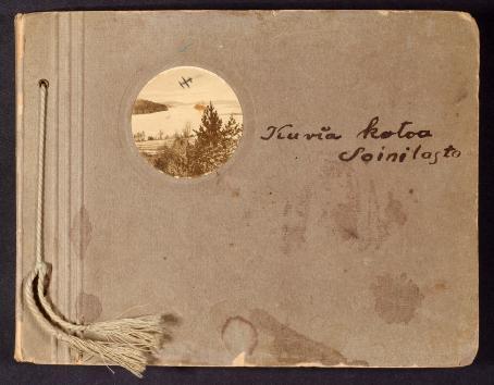 Valokuva-albumi I.K. Inhan kokoelmasta, 1800 - 1900-lukujen vaihteesta / Suomen valokuvataiteen museon kokoelma.