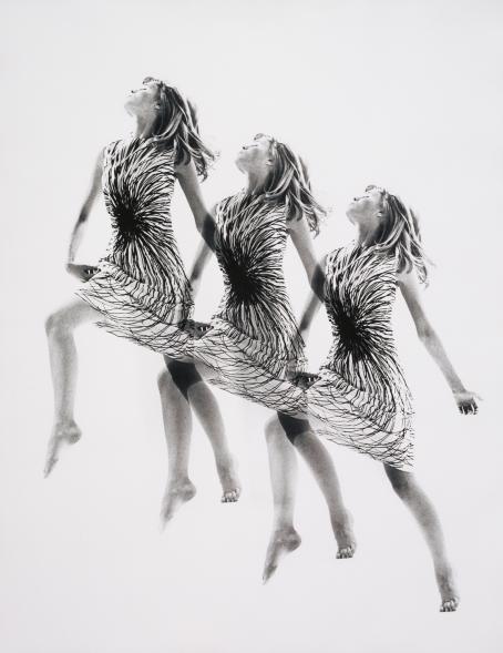 Mustavalkoisessa kuvassa on kolme kertaa sama nainen vaalealla taustalla. Naisella on yllään mekko, jossa on pyörteinen kuvio. Naisen pää on takakenossa, kädet suorana sivuilla ja toinen jalka koukussa, toinen suorana takana.