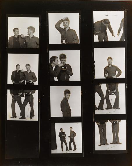 Monta mustavalkoista kuvaa. Kuvissa kaksi ihmistä poseeraa eri asennoissa. Joissakin kuvissa näkyy vain jalat.