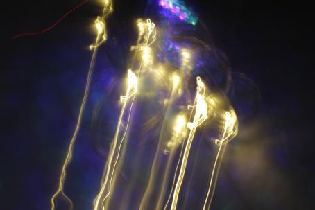 Pitkällä valotusajalla otettu kuva, jossa kameraa on heilutettu niin, että valot tekevät viivoja ja kuvioita.