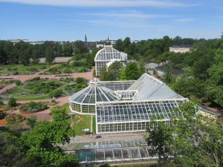 Korkealta otettu kuva, jossa Kaisaniemen kasvitieteellinen puutarha.