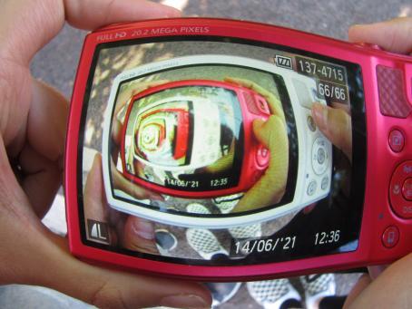 Digitaalikameran läpi kuvattu toista kameraa, jonka läpi kuvattu toista kameraa.
