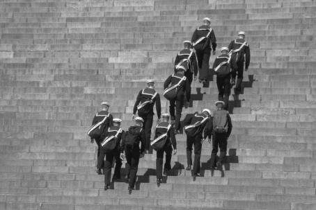 Merimiehiä kiipeämässä portaita ylös.
