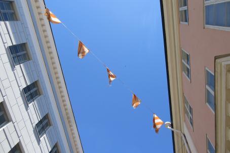 Viirejä kuvattuna taivasta vasten kahden rakennuksen välissä.