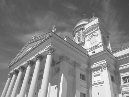 Tuomiokirkot pilarit mustavalkoisessa kuvassa.