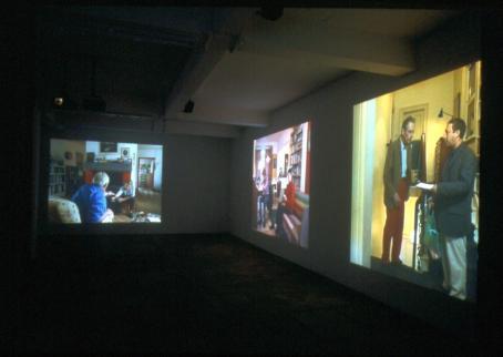 Videoinstallaatio näyttelytilassa.